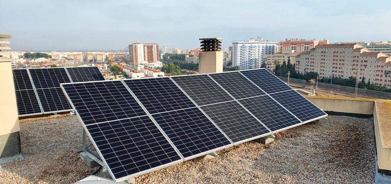 Instalación de paneles solares en una residencia
